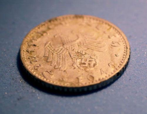 Una delle monete tedesche trovate nella palazzina diroccata in mezzo alla jungla