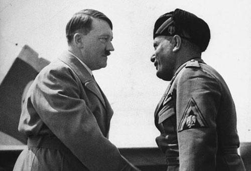 Hitler con Mussolini: si nota la leggera differenza di altezza