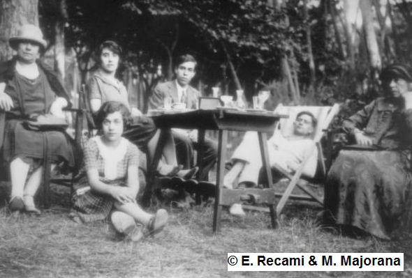 Ettore Majorana, al centro della foto, durante una gita in campagna negli anni trenta insieme ai suoi famigliari